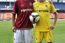 NOVÉ DRESY. Doma v tradiční rudé, na venkovní zápasy budou Sparťané oblékat žlutou barvu.