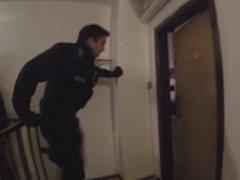 Policista vykopává dveře.