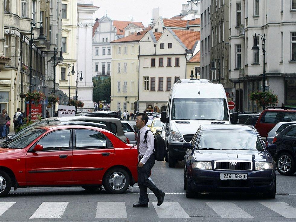 Hustý automobilový provoz v Kaprově ulici v Praze.