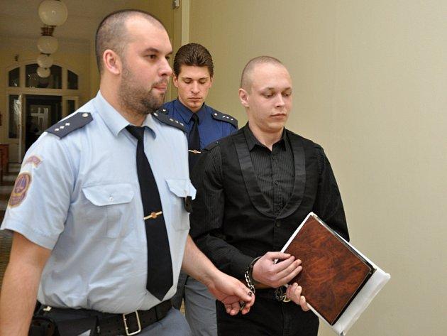 Za pokus o vraždu vazebně stíhaný Miloslav Mácha u Městského soudu v Praze.