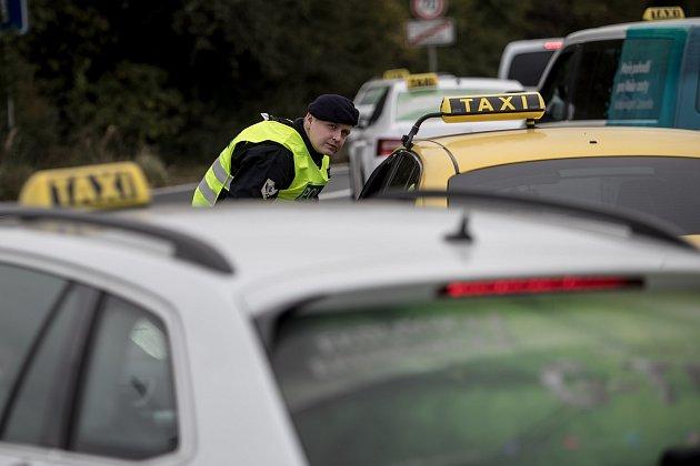 Sdružení českých taxikářů zorganizovalo 2. října v Praze protestní jízdu proti sdíleným přepravním službám typu Uber. Na snímku je kolona vozů protestujících řidičů taxislužby při jízdě od letiště.