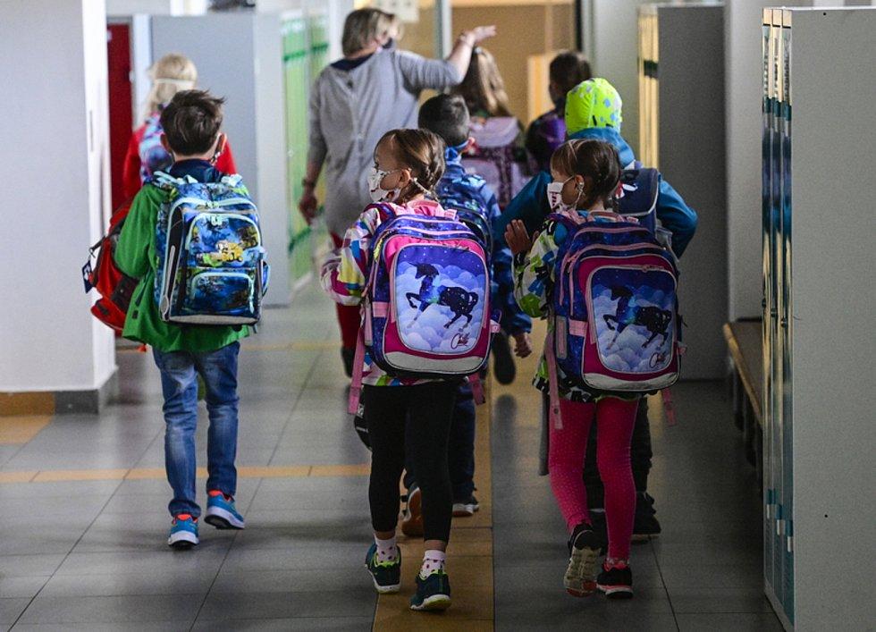Ilustrační foto: Žáci v rouškách na chodbě základní školy