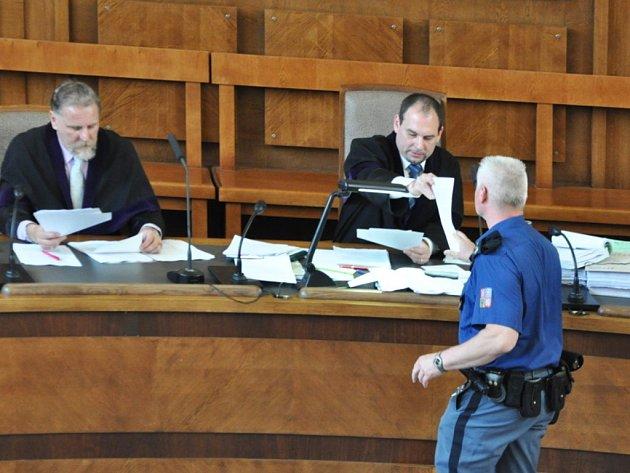 V porotní síni Vrchního soudu v Praze začal v úterý proces s takzvaným Švábovým gangem, lákajícím zajímavými obchodními nabídkami do zahraničí bohaté podnikatele, aby je unesli a vydírali. Na snímku soudce Tomáš Durdík.