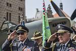 Spitfire ozdobil v pátek pražské Hradčanské náměstí na připomínku 70. výročí návratu československých letců do vlasti.