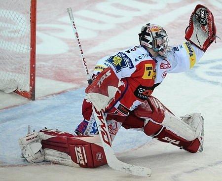 Favoritem finále hokejové extraligy je Slavia, druhý tým základní části, jenž poražil Třinec i Liberec. Zásluhu na tom má i brankář Adam Svoboda.