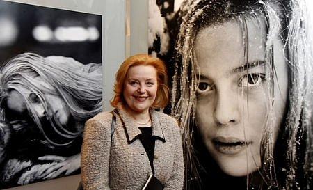 Slovenská herečka Magda Vašaryová si 29. března prohlédla v Císařské konírně Pražského hradu výstavu Františka Vláčila Zápasy.