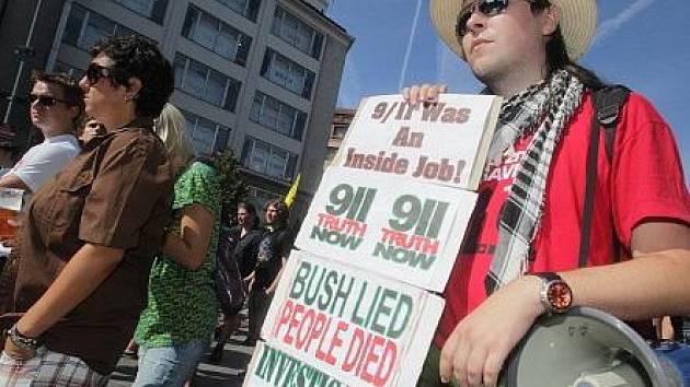 Manifestace proti oficiální verzi událostí 11. září roku 2001 proběhla v neděli na Václavském náměstí.