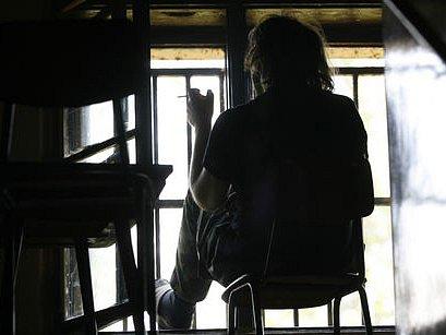 PACIENT V IMPROVIZOVANÉ KUŘÁRNĚ. Psychiatrická léčebna Bohnice se potýká nejen s nedostatkem lůžek pro lidi závislé na alkoholu, peníze jí chybějí i na rekonstrukci pavilonů.
