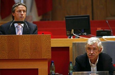 Pražský primátor Pavel Bém a Jan Kaplický na jednání zastupitelstva na téma Národní knihovna v Praze.