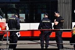 Tramvaj ve Vršovicích srazila chodkyni. Zasahovala policie, záchranka i hasiči.