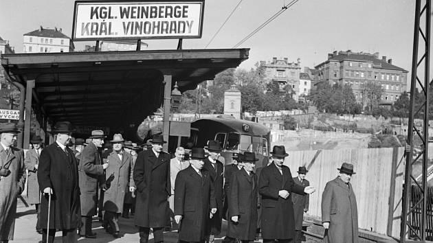 Královské Vinohrady. Na snímku prezident Emil Hácha na obhlídce stavby vinohradského tunelu v říjnu 1940.
