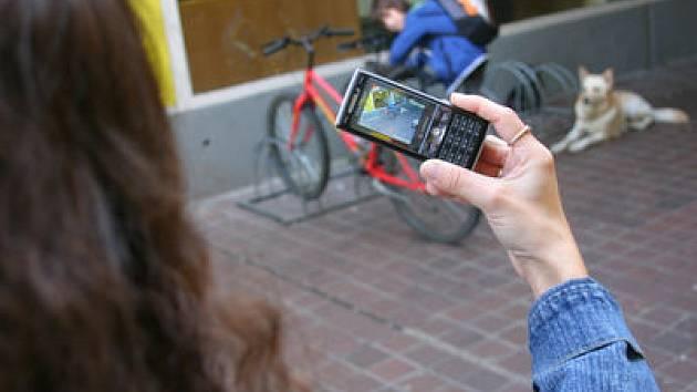 NEJČASTĚJŠÍ TERČ. Přes čtyřicet procent přepadených přijde o mobilní telefon./Ilustrační foto