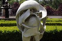 Cementová socha nazvaná K prostoru od Daniely Vinopalové-Vodákové