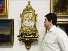 Ředitel pražské Galerie Ustar Pavel Urban představil astronomické hrací hodiny Le Roy A Paris z pozůstalosti knížete Františka Oldřicha Kinského.