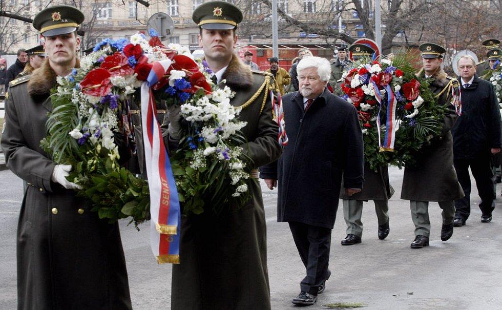 Pietního aktu se zúčastnil také předseda Senátu PČR Petr Pithart.