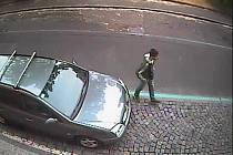 Spícímu muži zloděj ukradl hodinky i brýle