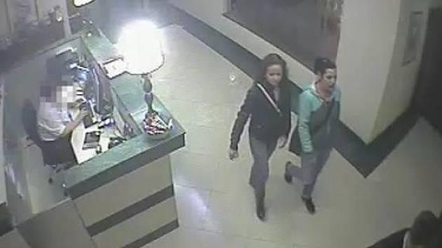 Společně s dívkami zmizely peníze, luxusní hodinky, dva mobilní telefony, tablet – na místě ale nezůstaly ani dva holicí strojky a vody po holení.