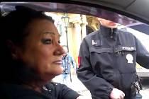 Policejní zákrok na aktivistku Věru Řezníčkovou, která neuposlechla výzvy a nechtěla vystoupit z vozu na Hradčanském náměstí v Praze.
