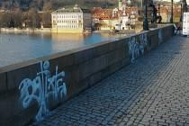 Pod rouškou tmy – tři hodiny po půlnoci – vandalové na mostě řádili s bílým sprejem v ruce.