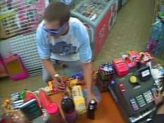 Muž podezřelý z krádeže v obchodě s potravinami v ulici Na Vrcholu v Praze 3.