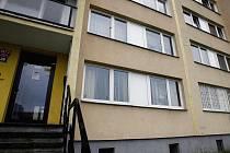 OKNA V PŘÍZEMÍ. V tomto bytě v Kobylisích zadržoval psychicky narušený muž své rukojmí.