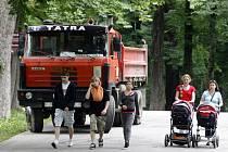 S TATROVKOU ZA ZÁDY. Návštěvníci největšího parku v metropoli si stále místo oddechu v zeleni užívají stavebního ruchu.