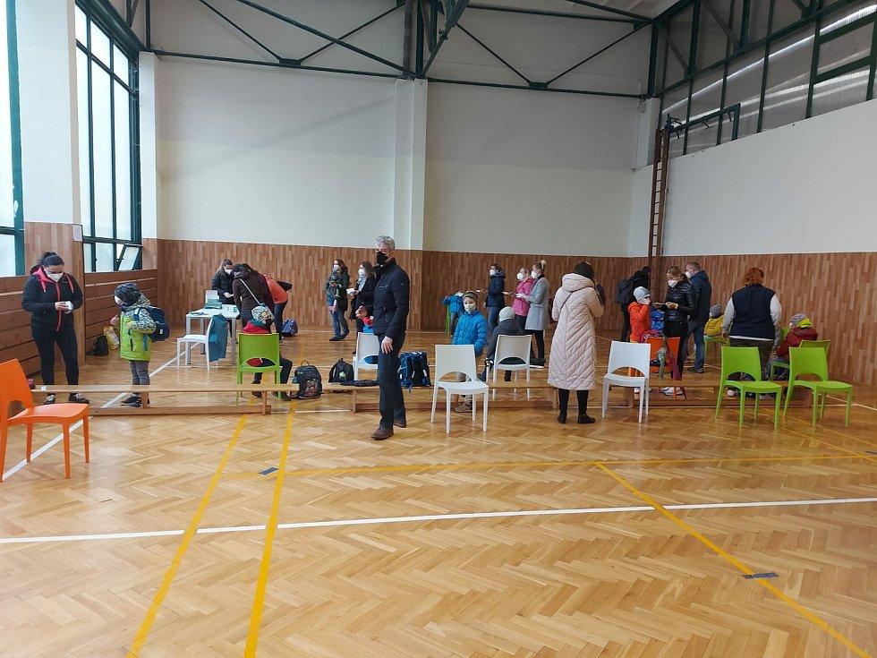 Testování žáků na koronavirus v ZŠ Novoborská v Praze 9.