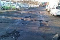 """""""Vršovické minové pole"""", tedy ulice U Seřadiště je pravděpodobně nejrozbitější v Praze. Na stovce metrů tu najdete desítky výtluků. Už několik let se jí nedaří opravit kvůli složitým majetkoprávním vztahům."""
