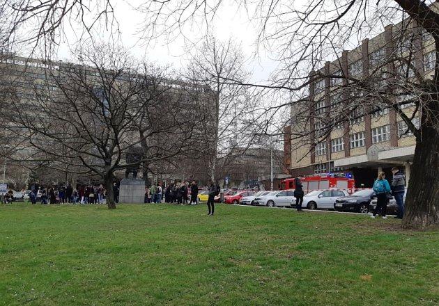 Evakuace studentů a učitelů z budovy VŠE v Praze.