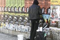 PAPÍROVÁ STĚNA. Černé výlepy reklamních plakátů trápí hlavně centrum města. Magistrát proti nim chce bojovat poskytnutím legálních ploch.