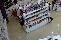 Krádež parfémů.