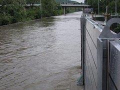 Protipovodňová stěna v ulici K Přehradám při povodni v roce 2003.