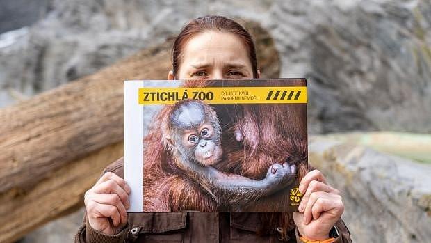 Vrchní chovatelka Denisa Zběhlíková s knížkou Ztichlá zoo.