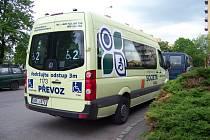 Minibus firmy Societa pro přepravu handicapovaných osob.