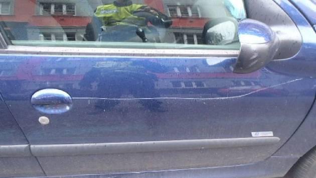 Mladík poškrábal parkující auta