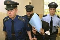 Vězeňská stráž přivádí katarského prince k Obvodnímu soudu pro Prahu 2, který zasedal 25. dubna 2005