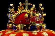 Svatováclavská koruna z doby před rokem 1346, která je spolu s dalšími korunovačními klenoty vystavena ve Vladislavském sále Pražského hradu.