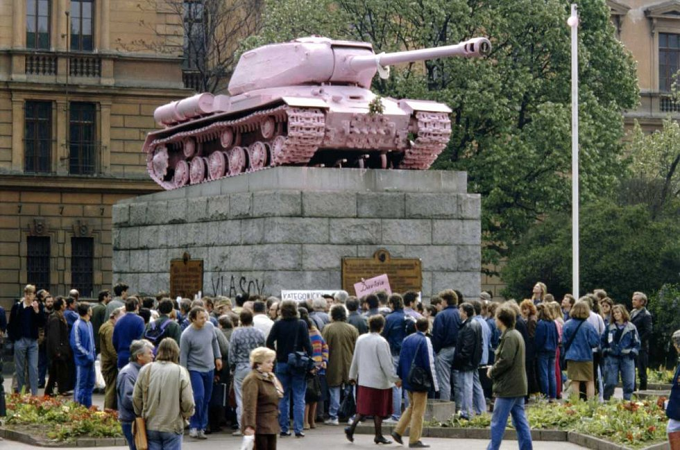 RŮŽOVÝ TANK. Památník osvobození Rudou armádou, který stával na náměstí Kinských, v roce 1991 natřel výtvarník David Černý na růžovo. Přispěl k diskuzi, zda odstranit nebo neodstranit. Nakonec byl odstraněn.