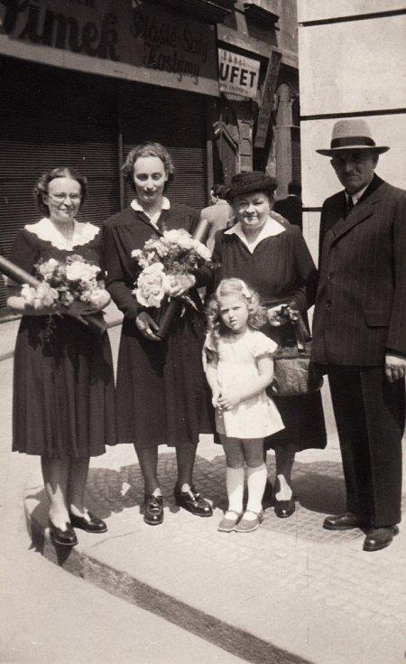 Promoce v roce 1950. Na snímku první zprava je přítelkyně Květa.