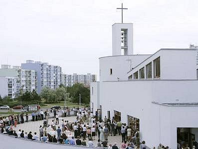 NEJMLADŠÍ PRAŽSKÝ KATOLICKÝ KOSTEL. Je součástí nově vybudovaného Komunitního centra Matky Terezy,které bylo v sobotu otevřeno na sídlišti Jižní Město.