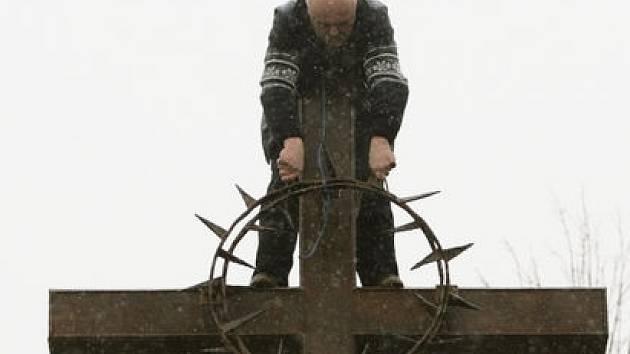 NOVÁ DOMINANTA. Kovový kříž s trnovou korunou byl vztyčen na kobyliské střelnici u Památníku obětem heydrichiády 14. listopadu.