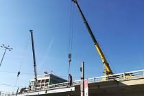 TSK Praha instaluje nosníky pod kritické pole číslo 4 mostu X022 na Vltavské.