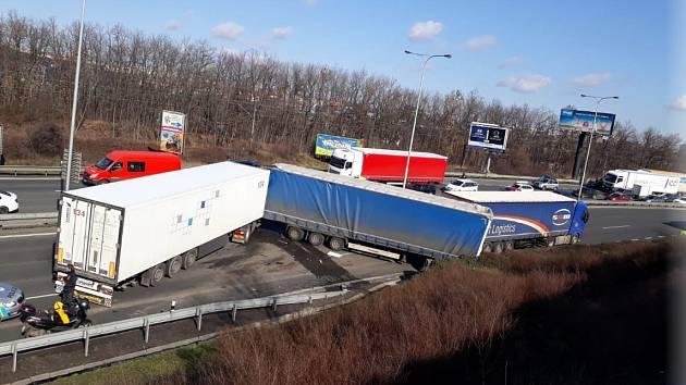 Nehoda nákladních aut zablokovala Jižní spojku.