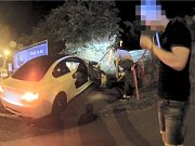 Opilý řidič BMW jel na červenou a málem srazil dodávku městské policie. Pak naboural.