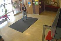 Podezřelý na chodbě v nemocnici.