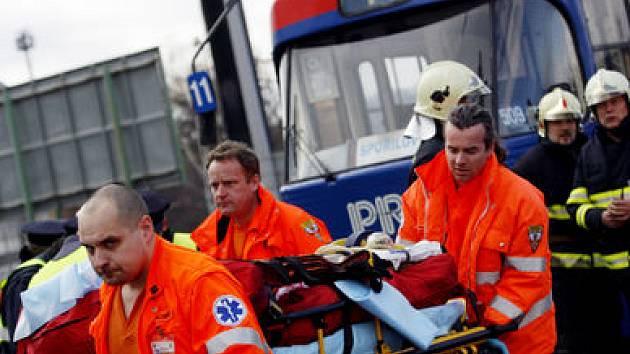 Ženu, kterou porazila tramvaj, odvezla s těžkým úrazem hlavy pražská záchranná služba.