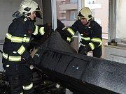 Požár bytu v Praze 11 vznikl od prskavky na vánočním stromku.
