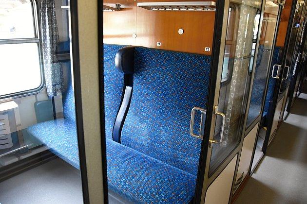 České dráhy ve středu představily první ucelenou soupravu s modernizovanými vozy pro rychlíkovou linku R 17  Praha–České Budějovice, kde se vylepšení do konce prosince dočká 75 východoněmeckých vagonů ze 70. a 80. let.