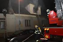 Zásah si také vyžádal evakuaci několika osob. Dobrovolní hasiči pracovali na vyklízení nahromaděných odložených věcí téměř celou noc.
