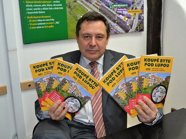 Evžen Korec, generální ředitel společnosti Ekospol, se svou knihou Koupě bytu pod lupou.